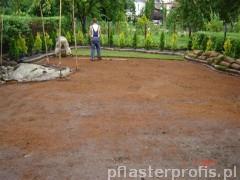 Robotnicy pracujący nad architekturą ogrodową